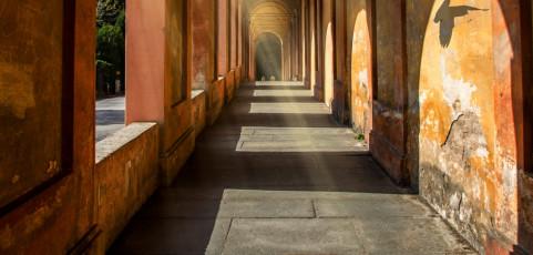 Resoconto lancia la sfida di giugno 2016 – Giochi di luci e ombre nei portici